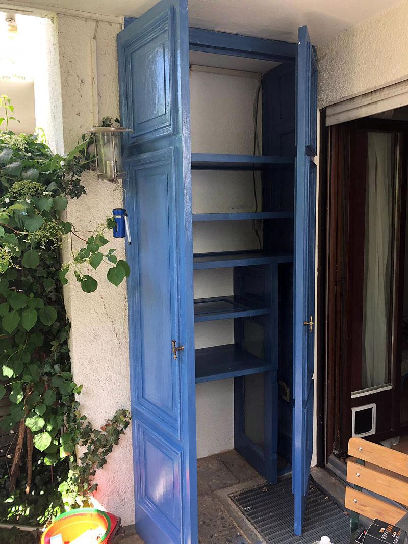 Schrank aus alten Tueren in blau mit leinölfarbe