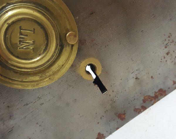 """Kastenschloss antik Frankreich L N mit Zugfalle alt 68mm Altes Kastenschloss in einem restaurierten Zustand . Ohne Schlüssel . Dornmaß : 68 mm Stulpbreite : 46 mm Gesamtmaß ohne Riegel und Falle : ca. 143 x 99 mm Feine Details wie die Schlüsselbuchse aus Messing , einer massiven Schlüsselrosette , Plakette von L N mit dem Untertitel """"1er Qualité"""" und einem Zugriegel aus Messing"""
